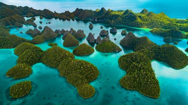 Return  flights from Europe to the Indonesian side of New Guinea from £574 or €540!